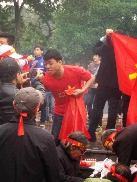 (Ảnh Nguyen Lan Thang, một DLV đang khiêu khích và ngăn cản việc tưởng niệm).